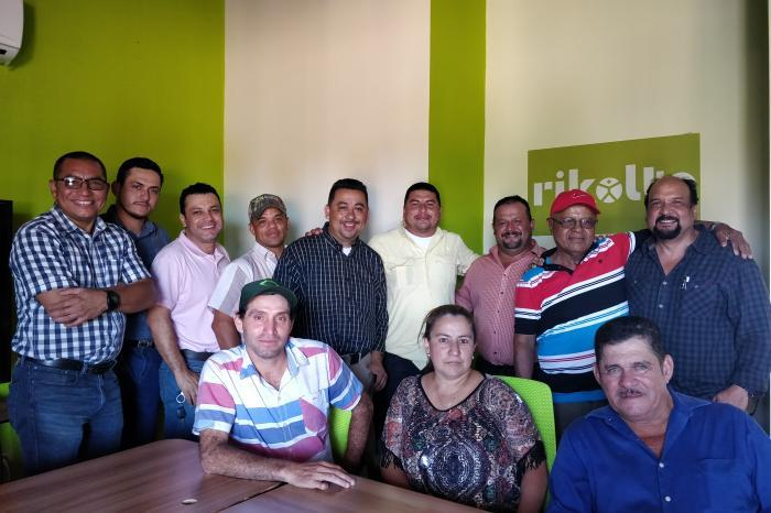 A picture of the Rikolto team with members of the COOSEMPODA cooperative.